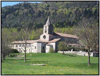 l' abbaye dans son écrin de verdure...